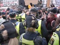 PROTEST cu scandal în Stockholm. Suedezii au ieșit în stradă împotriva restricțiilor - Captură video SwedenRoyals YouTube