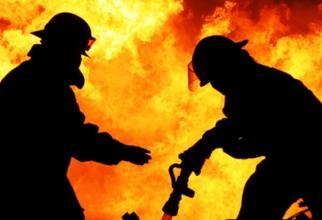 UPDATE Incendiu la Prefectura din Suceava. Acoperișul clădirii ARDE puternic. Imagini de la fața locului / VIDEO