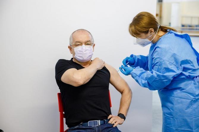 Emil Boc, vaccinat cu AstraZeneca / Foto: Facebook Emil Boc
