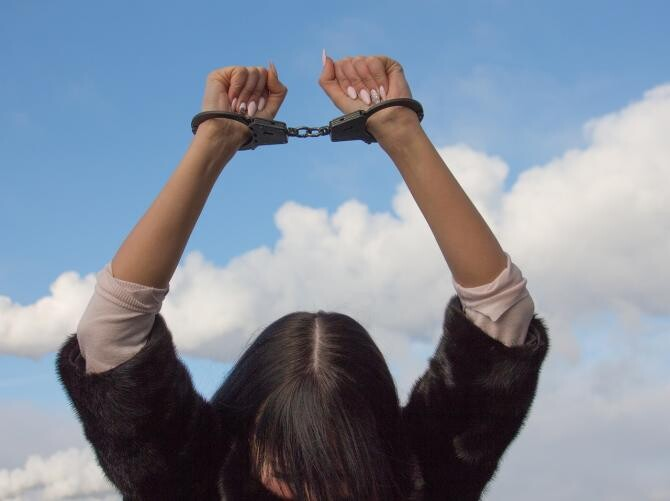 Foto ilustrativ femeie arestată / Imagine de Лечение наркомании de la Pixabay