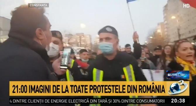 Incident la protestul anti-restricții de la Constanța. Un protestatar furios a vrut să agreseze un jandarm  /  Sursă foto: Captură Antena 3