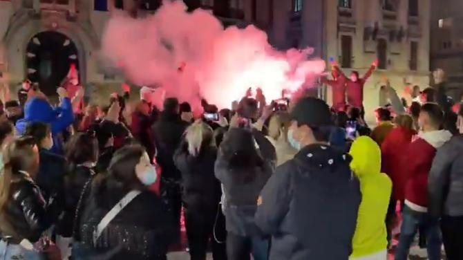 """Manifestație cu fumigene la Craiova. Protestatarii scandează """"Libertate, libertate"""" / Sursă foto: Captură Youtube"""