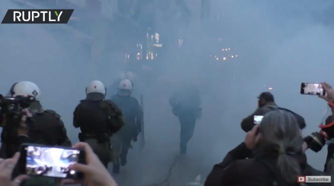 Noi ciocniri violente între protestatari și poliție. Grecii s-au săturat de restricții - Captură video RT YouTube