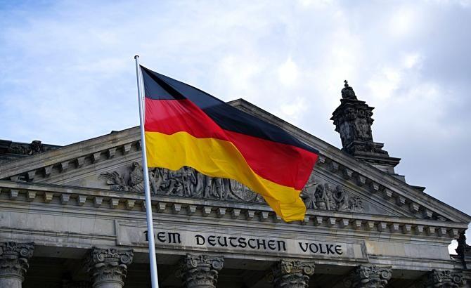 Un premier de land german explică decizia de a ieşi din lockdown în ciuda valului trei