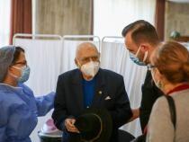Maestrul dramaturg Dinu Săraru s-a vaccinat împotriva COVID-19: Cred în nemurirea teatrului  /  Sursă foto: RoVaccinare Facebook