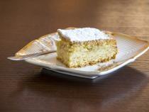 În rândurile de mai jos găsiți oreţetă de prăjitură de post. Este foarte uşor de preparat şi este delicioasă. Merită s-o încercați!