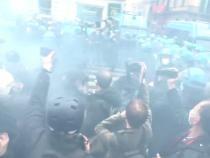 Protest anti-restricții cu fumigene la Roma. Proprietarii de afaceri, îmbrânceli cu polițiștii/ Captură Video RT