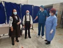 Doi vârstnici au mers la vaccinare în straie populare / Sursă foto: Facebook RoVaccinare