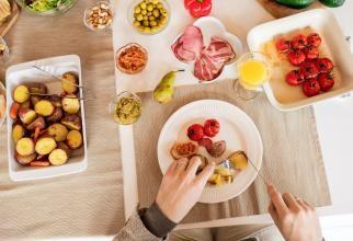 Mâncare și gripa stomacului / Fotografie creată de Alexy Almond, de la Pexels
