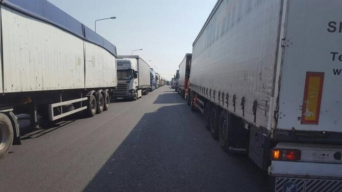 Coloane mari de camioane la frontiera cu Ungaria. Șase ore de aşteptare la Nădlac II şi Vărşand