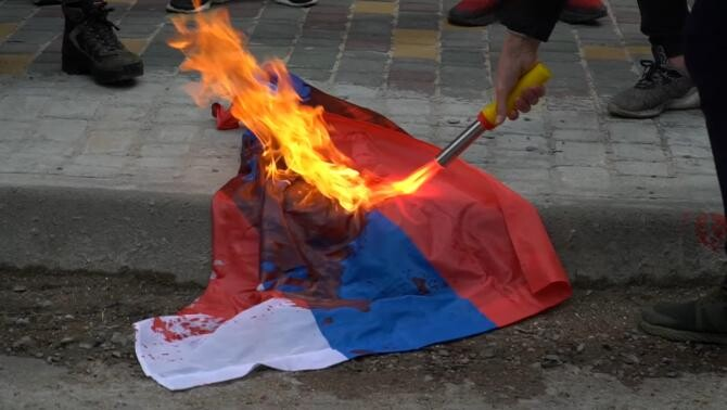 Drapelul Rusiei a fost incendiat în fața consulatului Moscovei din Odesa / Sursă foto: Captură video Facebook