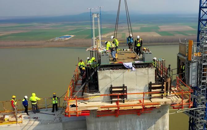 Imagini senzaționale cu podul peste Dunăre. S-a montat prima piesă de către constructorul japonez / Sursă foto: Captură Youtube