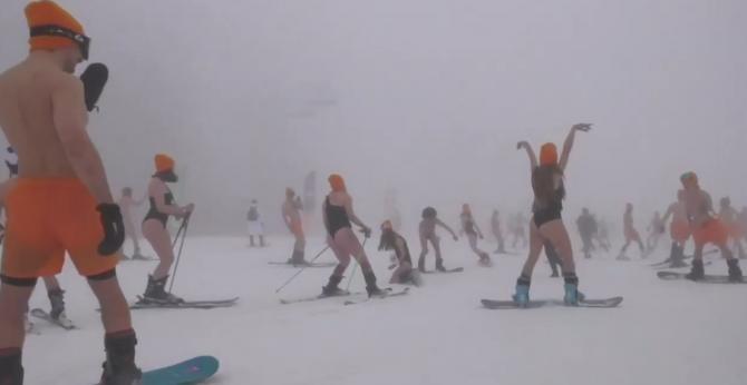 Sute de persoane îmbrăcate în costum de baie au schiat pe pârtiile din Soci, Rusia / Sursă foto: Captură Youtube