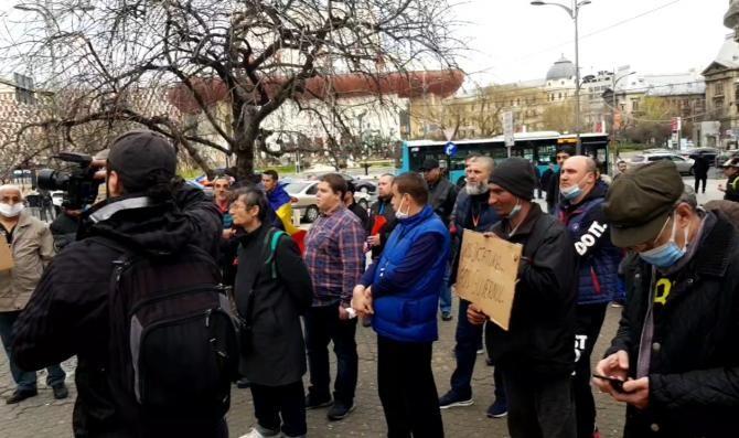 A început protestul anti-restricții în Piața 21 Decembrie 1989. Sunt prezente câteva zeci de persoane /  Sursă foto: Captură Facebook