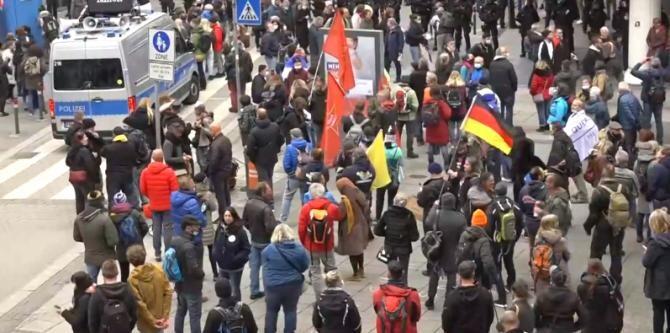 Protest în Stuttgart. Germanii, în stradă, nemulțumiți de restricțiile impuse de Merkel  / Captură Video RT Facebook