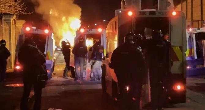 Protest violent în Irlanda de Nord. Mașini incendiate și bătăi cu tomberoane / Sursă foto: Captură Youtube
