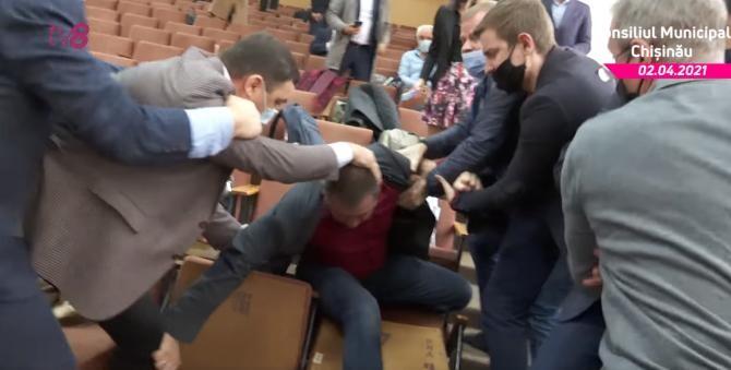Pumni, picioare și îmbrânceli în Consiliul Municipal Chișinău - Captură Video TV8.MD
