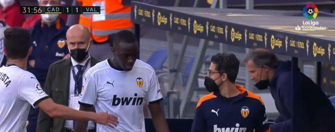 Scandal în La Liga! Fotbaliștii Valenciei au ieșit de pe teren în partida cu Cadiz după un presupus comentariu rasist la adresa lui Mouctar Diakhaby / Captură Video La Liga Santander Youtube