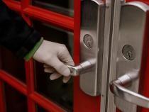 Sursa foto: Iuliia Prokopiv / https://scop.io/products/person-holding-red-metal-door?variant=37674939023537