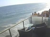 Momentul în care un balcon plin cu oameni cade în gol câțiva metri și se prăbușește pe stâncile aflate sub el  / Sursă foto: Captură Youtube