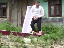 Un partid din Republica Moldova s-a lansat în campania electorală cu un coșciug / Sursă foto: Facebook Dragoș Galbur