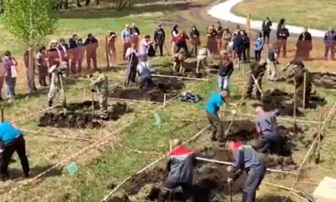 Concurs macabru în Rusia. S-au întrecut la săpat morminte / Sursă foto: Captură Twitter