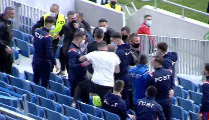 Fight Club în Liga 1. Silvian Cristescu (CSU Craiova) a sarit la bataie cu rezervele de la FC Botoșani / Captură Video  YouTube Telekom Sport Romania