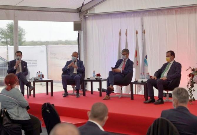 Beimbet Shayakhmetov (stânga), Virgil Popescu și Ludovic Orban (dreapta), la conferința de lansare a construcției noii centrale de cogenerare. Foto: Rompetrol