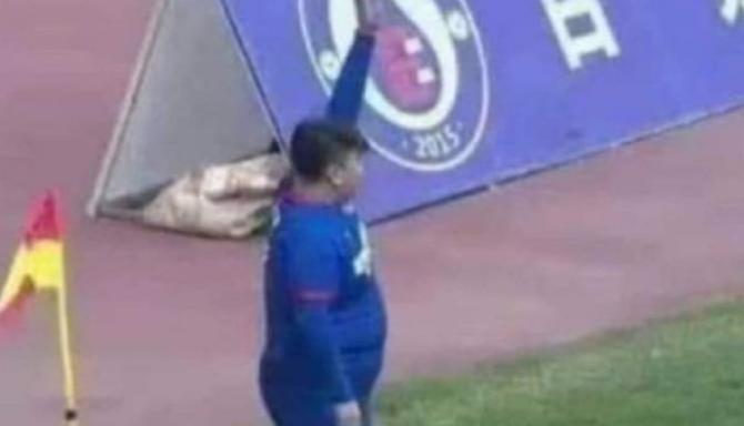 Fotbalistul de 126 de kg care face senzație pe teren. Este fiul unui milionar excentric
