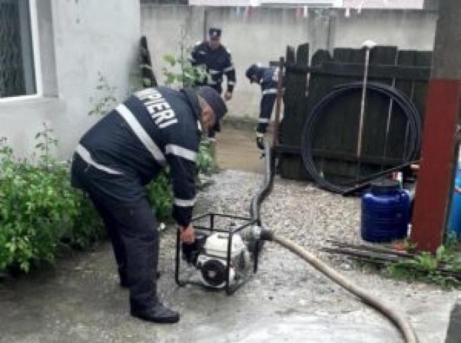 Inundații în Dâmbovița. Pompierii militari intervin într-o gospodărie  /  Sursă foto: DB Online