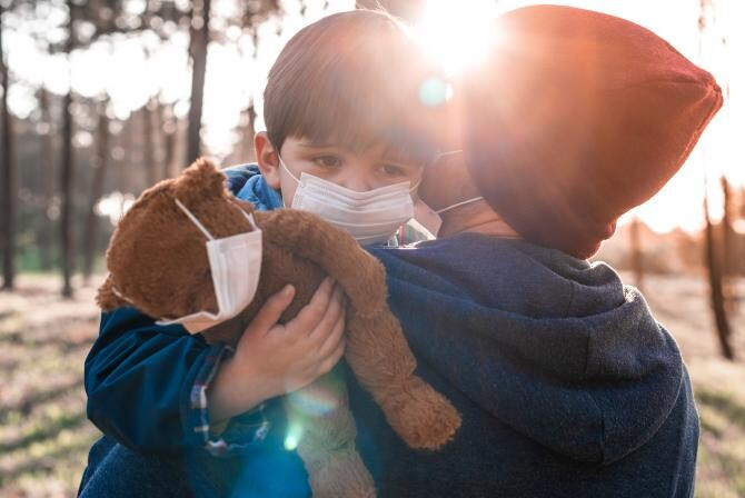 Covid în Spania / Joana Lopes / https://scop.io/products/portrait-of-a-child-in-a-face-mask-and-with-a-teddy-bear-held-by-his-father?variant=32655662809135