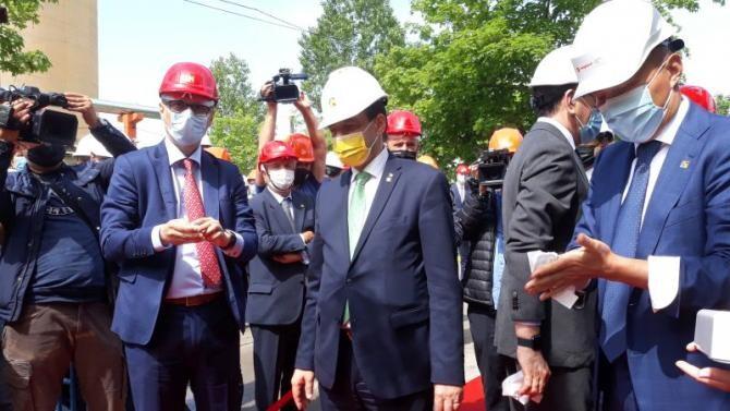 Ludovic Orban (mască galbenă), în momentul în care s-a pus piatra de temelie a noii contrale de cogenerare de la Petromidia. Foto: Dana Lascu
