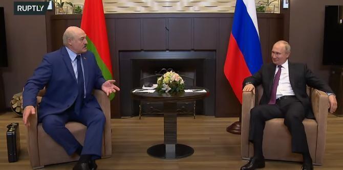 Lukaşenko i-a arătat lui Putin o geantă-diplomat cu 'documente' privind avionul deturnat la Minsk / Captură Video Ruptly YouTube