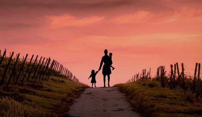 Mama care a mers 10 km pe jos pentru a economisi 5 lei / Foto: Pixabay