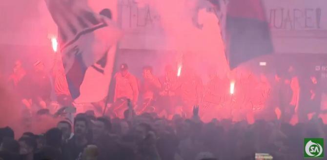 Nebunie în Ghencea. Ultrașii de la Steaua au sărbătorit promovarea în Liga a 2-a cu torțe și fumigene alături de jucători / Captură video  Sport AREA Romania YouTube
