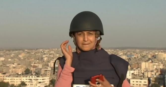 O jurnalistă a transmis live din Fâșia Gaza în timp ce clădirea de lângă ea era bombardată de Israel / Sursă foto: Captură Youtube