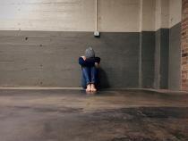 Elevă, bătută cu picioarele de două colege pe holul unei școli din Timiș / Foto: Pixabay