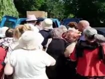 mbulzeală la sarmale gratuite, în plină pandemie / Foto: Caputură video Adevărul.ro