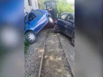 Mocănița din Apuseni a lovit două mașini / Foto: Captură video RealitateaPlus