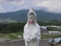 """Mască """"purtată"""" de statuia unei zeițe în Japonia / Foto: Captură video Reuters"""