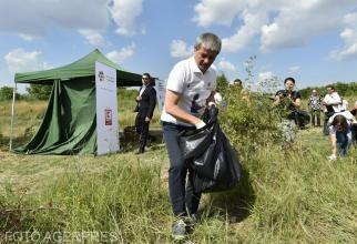 Agerpres - Cioloş în 2016, la o campanie de ecologizare în Delta Văcăreşti