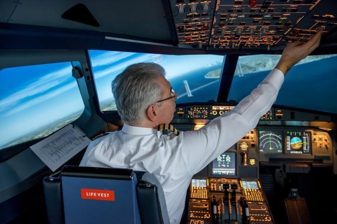 Momentul în care un bărbat încearcă să intre în cabina piloţilor pentru a deturna avionul / Foto: Pixabay