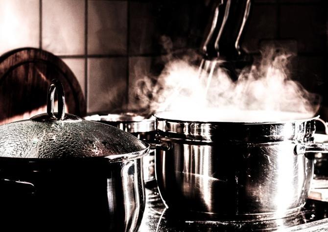 Doi copii din Iași, intoxicați cu monoxid de carbon de la o oală cu mâncare lăsată pe foc / Foto: Pixabay