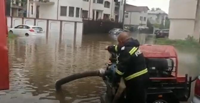 Inundații la Craiova. Drumuri rupte și mașini luate de apă / Sursă foto: Captură Youtube