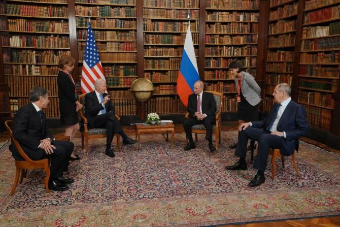 Întrevederea din biblioteca vilei La Grange din Elveția, între președintele american Joe Biden și președintele rus Vladimir Putin, alături de șefii celor două diplomații Anthony Blincken și Serghei Lavrov. Sursă foto: The White House