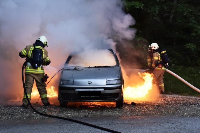 Mașină în flăcări, pe o stradă intens circulată din Bistrița / Foto: Pixabay