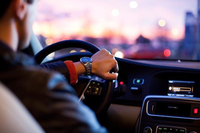 Un șofer din Capitală, aflat în trafic, a aruncat 45.000 de dolari într-o mașină și a fugit / Foto: Pixabay