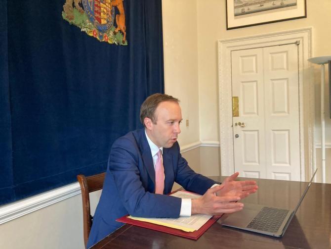 Momentul în care ministrul Sănătății britanic o sătură pasional pe asisteanta / Foto: Facebook Matt Hancock