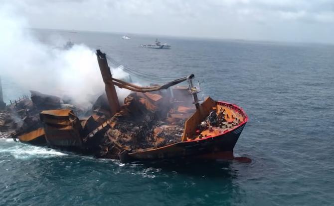 Nava care a luat foc lângă Sri Lanka a început să se scufunde și ar putea provoca un dezastru ecologic   /  Sursă foto: Captură YouTube