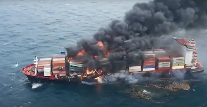 Dezastru ecologic în Oceanul Indian. O navă încărcată cu substanțe toxice arde de 11 zile  /  Sursă foto: Captură YouTube